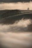 Nebbia - paesaggio di punta del distretto Immagini Stock