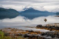 Nebbia sopra il fiordo norvegese Immagini Stock