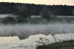 Nebbia sopra il fiume Immagini Stock Libere da Diritti