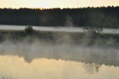 Nebbia sopra il fiume Fotografia Stock