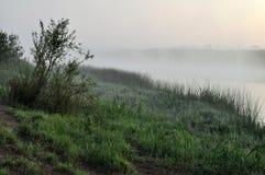 Nebbia sopra il fiume Immagini Stock