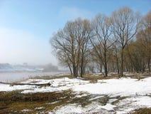 Nebbia sopra il fiume a marzo immagini stock libere da diritti
