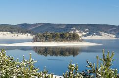 Nebbia sopra il lago nell'inverno Immagini Stock Libere da Diritti