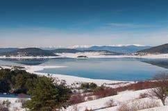 Nebbia sopra il lago nell'inverno Fotografie Stock