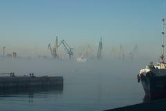 Nebbia sopra il porto immagine stock libera da diritti