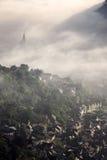 Nebbia sopra la città medievale di Brasov immagini stock