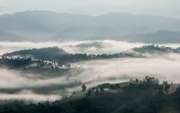 Nebbia sopra la montagna Fotografia Stock Libera da Diritti