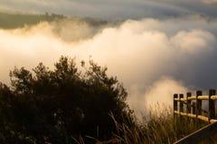 Nebbia sopra le montagne Fotografie Stock