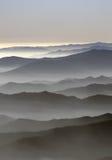 Nebbia sopra le montagne Immagini Stock