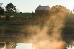 Nebbia sopra lo stagno all'alba immagine stock libera da diritti