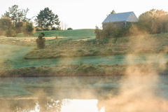 Nebbia sopra lo stagno all'alba fotografia stock libera da diritti
