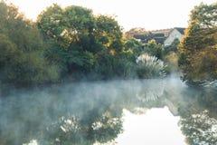 Nebbia sopra lo stagno all'alba fotografia stock