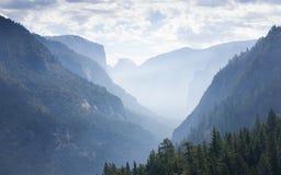 Nebbia sopra Yosemite fotografie stock