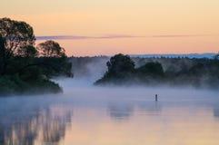 Nebbia su un fiume di mattina Immagini Stock Libere da Diritti