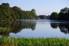 Nebbia sul fiume Fotografie Stock Libere da Diritti