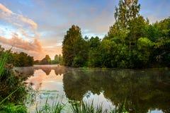 Nebbia sul fiume di mattina nella fine dell'estate Immagini Stock Libere da Diritti