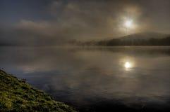 Nebbia sul lago Fotografie Stock Libere da Diritti