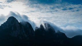 Nebbia sull'alta montagna archivi video