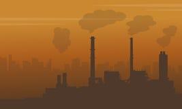 Nebbia sulla città con industria di inquinamento Immagini Stock