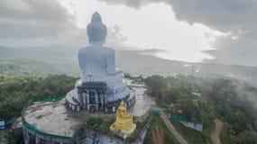Nebbia sulla grande statua di Buddha Fotografia Stock