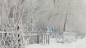 Nebbia in un cimitero nevoso stock footage