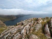 Nebbia vicino alla baia di Aya al lago Baikal Immagini Stock