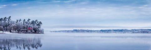Nebbioso, Frosty Morning sul lago muskrat Immagine Stock