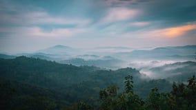 Nebbioso nelle montagne con il cielo drammatico archivi video