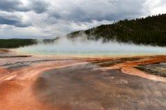 Nebbioso, paesaggio prismatico del lago colorato ruggine con la copertura della nuvola Immagini Stock Libere da Diritti