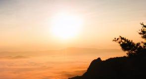 Nebbioso sopra la montagna nella mattina Immagine Stock