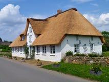 Nebel, Amrum,德国- 2016年5月28日, -传统弗里斯兰省人在Nebel村庄在Amrum海岛上的盖了村庄  库存图片