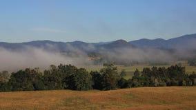 Nebel über Ackerland und Hügel in Australien Stockfotos
