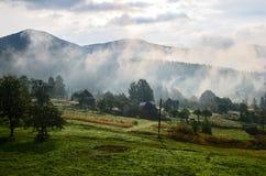 Nebel über Bergen Lizenzfreie Stockbilder