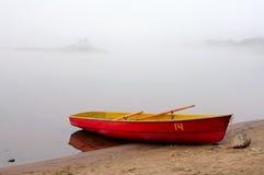 Nebel über dem Fluss Stockbild