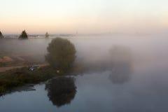 Nebel über dem Fluss Lizenzfreie Stockbilder