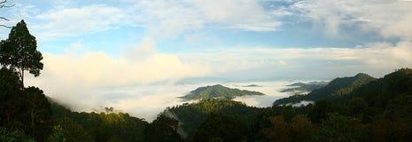 Nebel über dem Hügel, Thailand Lizenzfreie Stockfotos