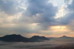 Nebel über den Bergen Lizenzfreies Stockfoto