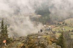 Nebel über den Bergen Stockfoto