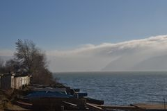 Nebel über den Flusshügeln stockfotografie