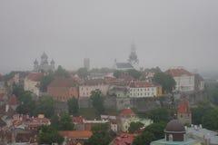 Nebel über der alten Stadt von Tallinn, Estland Stockbilder