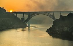 Nebel über der Arrabida-Brücke, Porto, Portugal stockbilder
