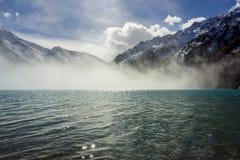 Nebel über großem Almaty See lizenzfreie stockfotos