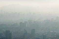 Nebel über Stadt Stockfotos