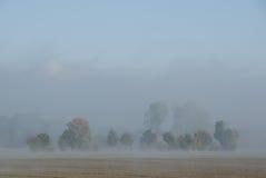 Nebel auf Ackerland Stockfotos