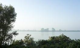 Nebel auf dem Fluss stockbilder