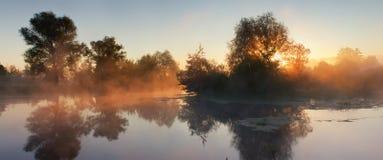 Nebel auf dem Fluss Lizenzfreies Stockfoto