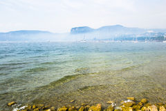 Nebel auf dem garda See Stockbild