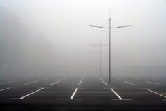 Nebel auf dem Parkplatz Stockfotos