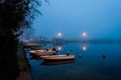 Nebel auf der Küsten-Stadt lizenzfreie stockfotos