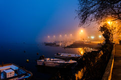 Nebel auf der Küsten-Stadt stockfotografie